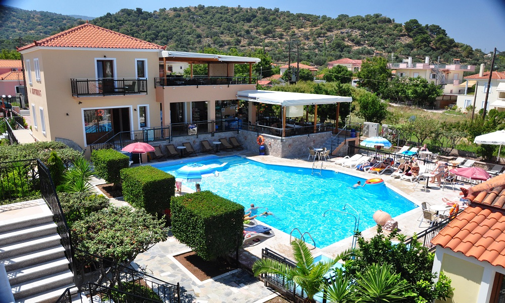 Zwembad en het hotel