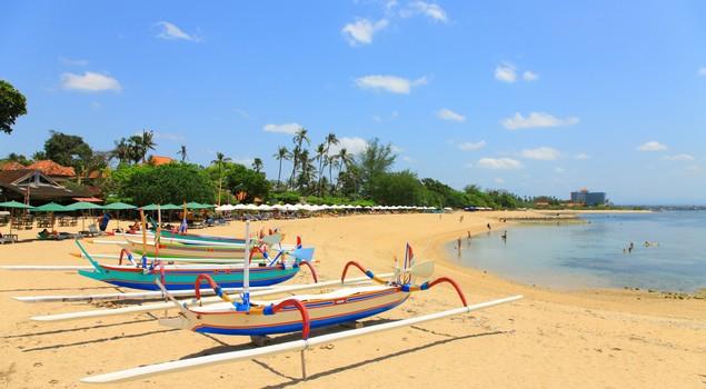 Sanur Beach met haar bontgekleurde Balinese bootjes